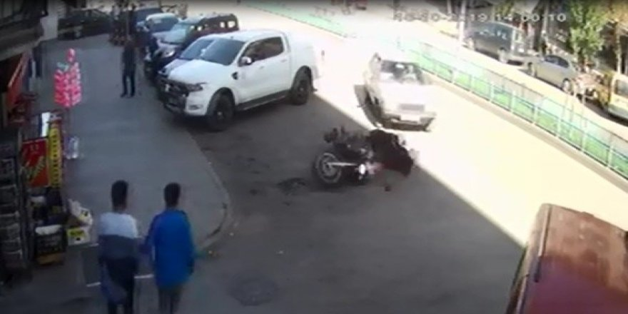 Yanlış manevra yapan sürücü polis motosikletine çarptı: 2 yaralı