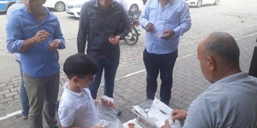 Esnaf Barış Pınarı Harekatındaki askerler için lokma tatlısı dağıtıp dualar etti