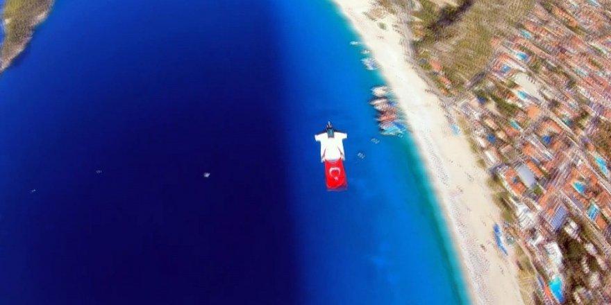 Fransız paraşütçüler, Türk bayrağını gökyüzünde dalgalandırdı