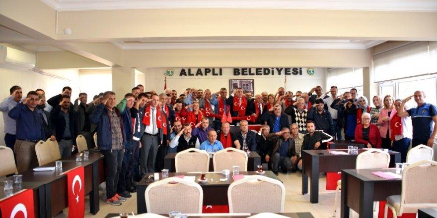 Başkan meclis üyelerinden Mehmetçiğe asker selamı