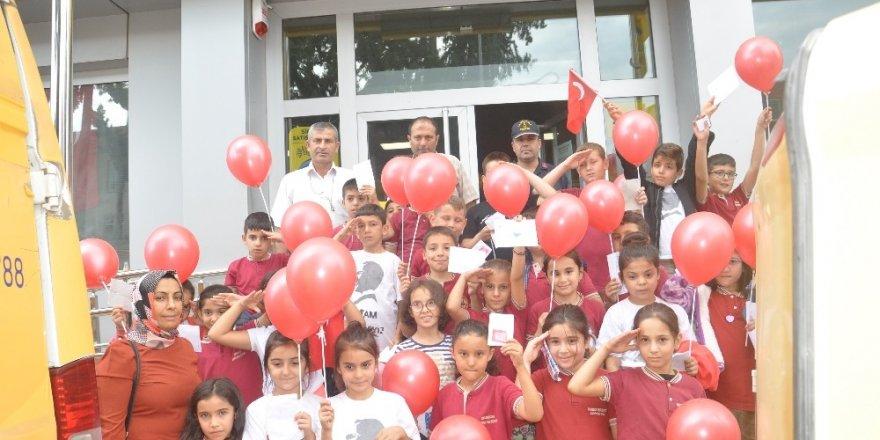 Öğrencilerden Mehmetçiğe fıstıklı lokumlu mektup