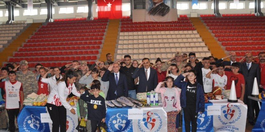 Kars'ta amatör sporculara malzeme desteği