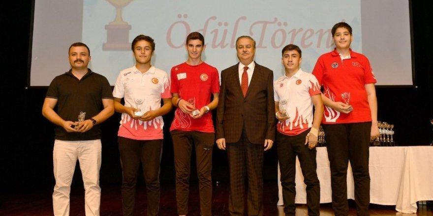 Vali Su, şampiyon sporcuları ödüllendirdi