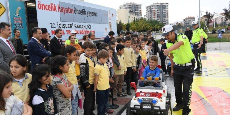 'Mobil Eğitim Tırı'nın sıradaki durağı Uşak oldu