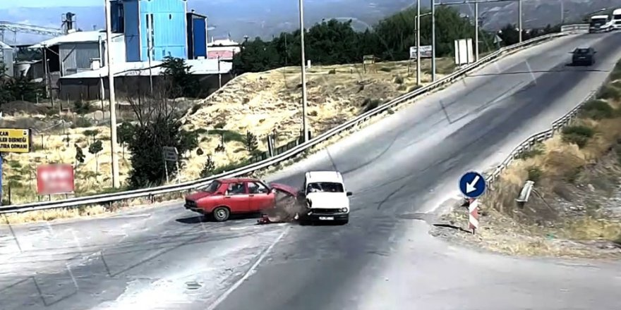 Erzincan'da iki otomobilin çarpışma anı kamerada
