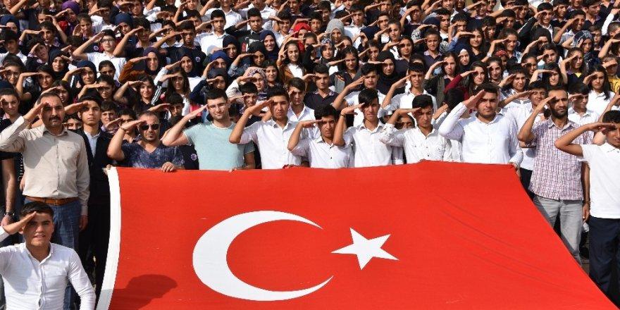 700 öğrenci Mehmetçiğe selam çaktı