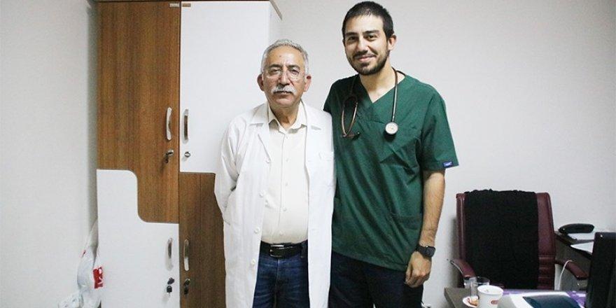 Baba-oğul aynı hastanede doktor olarak görev yapıyor