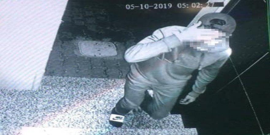 Hırsızları giydikleri terlik ele verdi