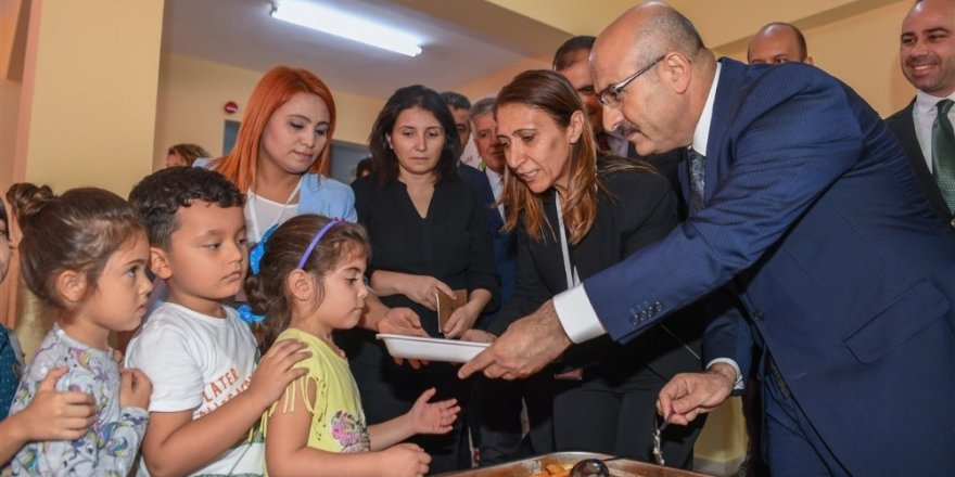 Vali Demirtaş, minik öğrencilere yemek ikram etti