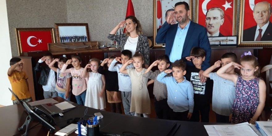 Minik öğrenciler Başkan Yanmaz'la asker selamı verdi
