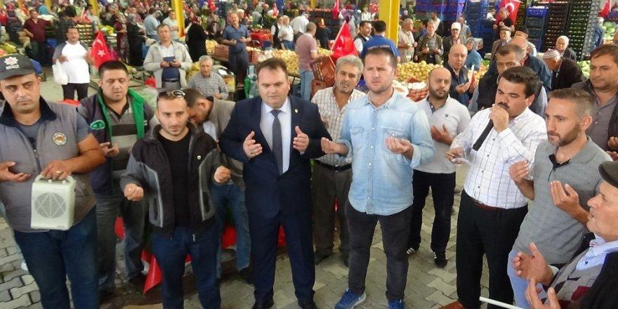 Binlerce vatandaş pazarda Mehmetçik için dua etti