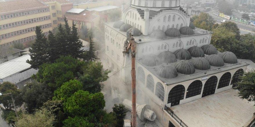 Avcılar'daki caminin ikiz minaresinin yıkım işlemleri tamamlandı