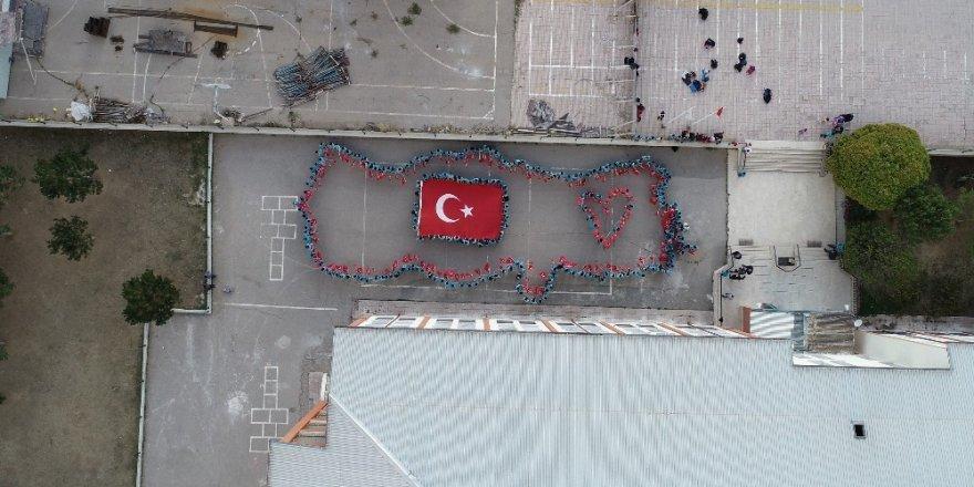 Türk Bayrağı koreografisi yaptılar