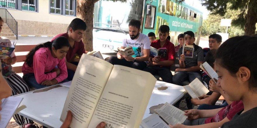 Öğrenciler gezici kütüphaneyle buluştu