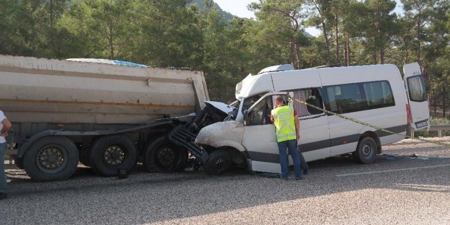 Rus mühendisleri taşıyan minibüs kaza yaptı: 2 ölü, 11 yaralı
