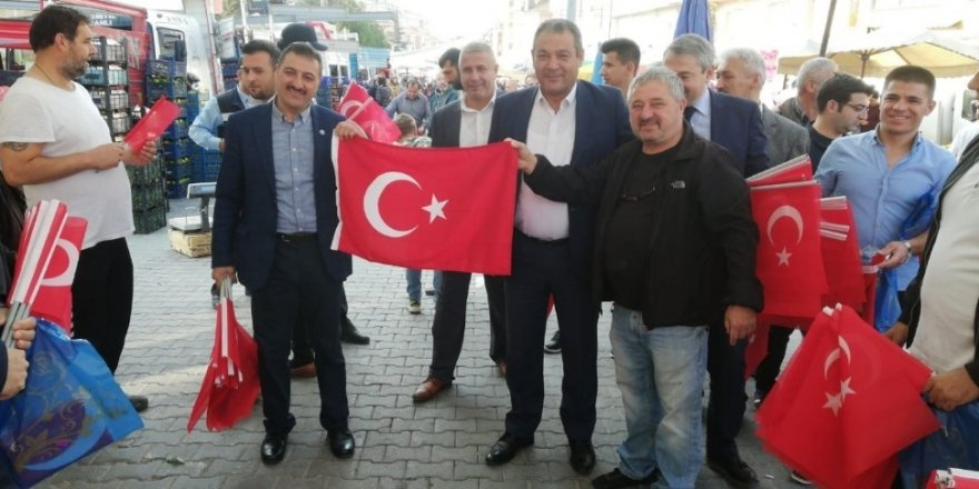 Semt pazarı Türk bayraklarıyla süslendi