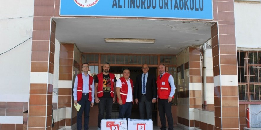 Kızılay'dan ortaokul öğrencilerine yardım