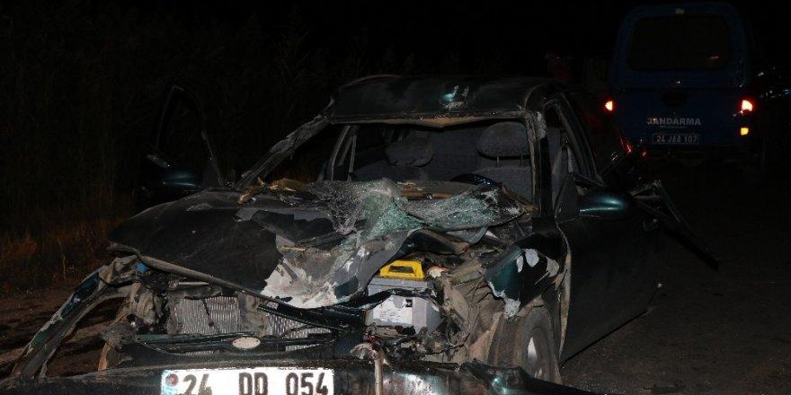 Traktörün römorkuna çarpan otomobil hurdaya döndü: 5 yaralı
