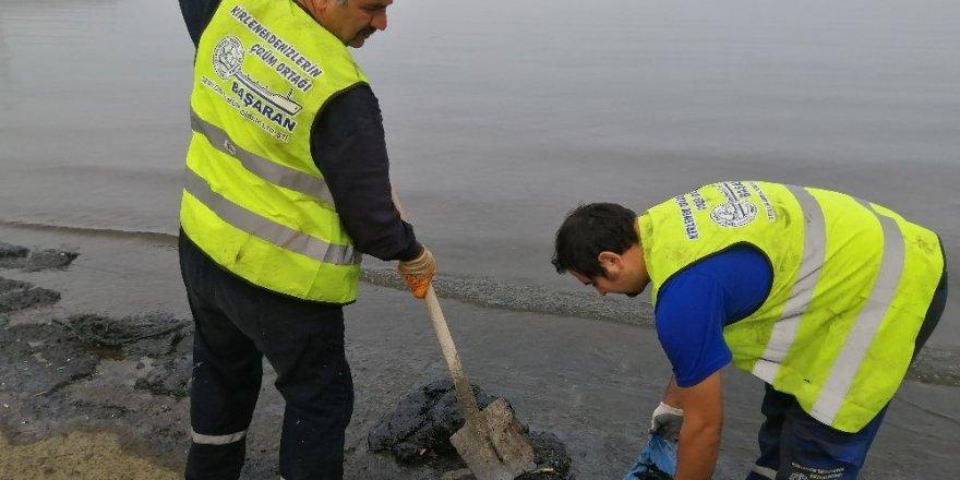 Aliağa'da deniz temizlik çalışmaları sürüyor