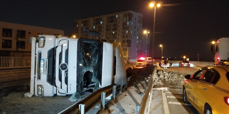 Esenler'de hafriyat kamyonu devrildi: 1 ağır yaralı