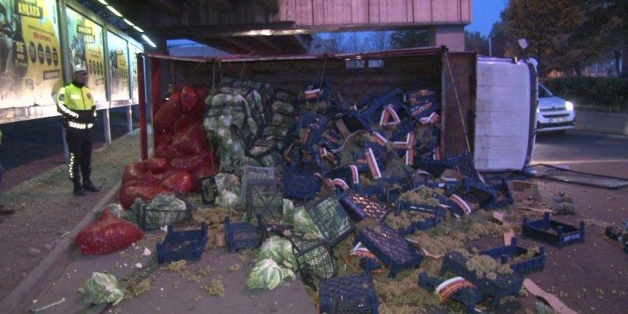 Ankara'da lastiği kopan kamyon devrildi: 1 yaralı