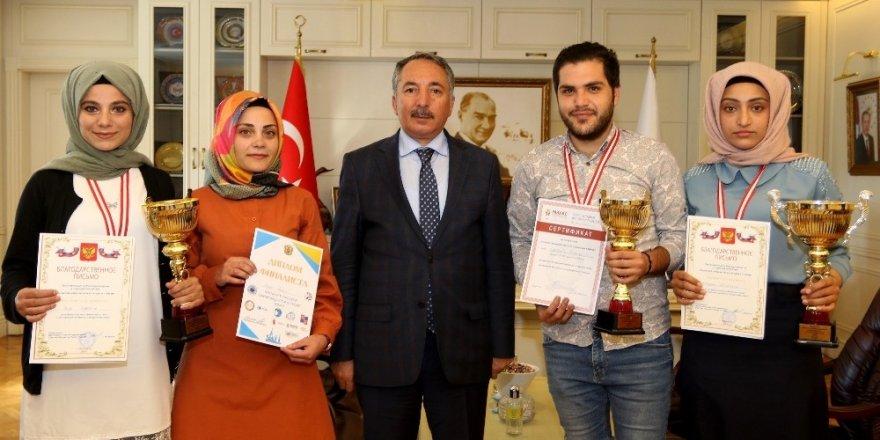 AİÇÜ Rektörü Prof. Dr. Karabulut, Rusça Olimpiyatlarında ödül alan öğrencileri kabul etti