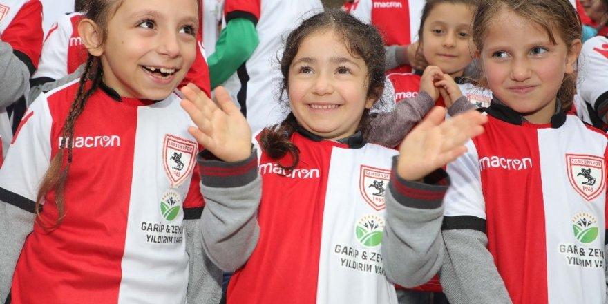 Kırsal mahalle öğrencilerine Samsunspor forması ve bilet