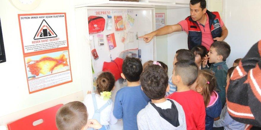 Küçük öğrencilere deprem bilgilendirmesi