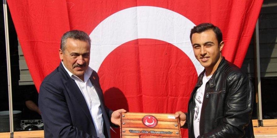 Başkan Tutal Mehmetçikle yemek yedi