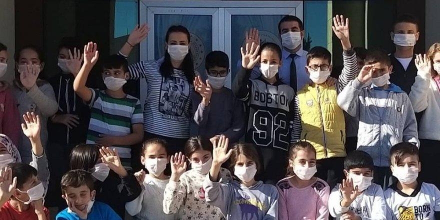 Mazıdağı'nda öğrenciler, lösemi hastalarına destek için maske taktı