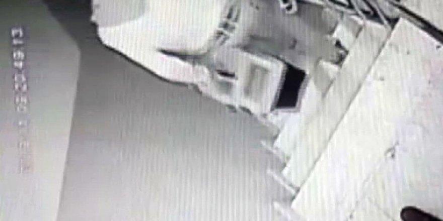 İki hırsızın apartmanda hırsızlık yaptığı anlar kamerada