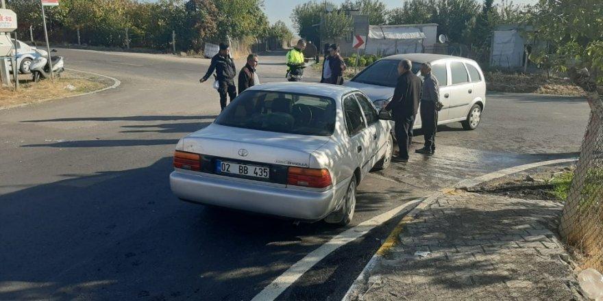 İki otomobil kafa kafaya çarpıştı: 1 yaralı