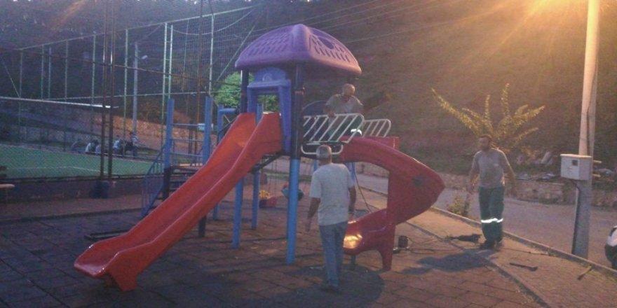 İzmit Belediyesi'nden Serdar Mahallesi parklarına bakım