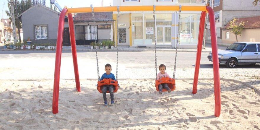 Karaman Belediyesi oyun parklarının zeminine kum seriyor