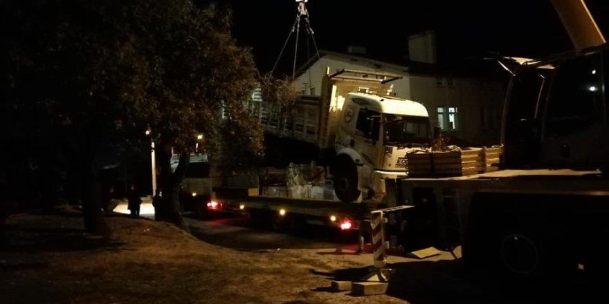 Freni boşalan park halindeki kamyon, evin bahçesine uçtu