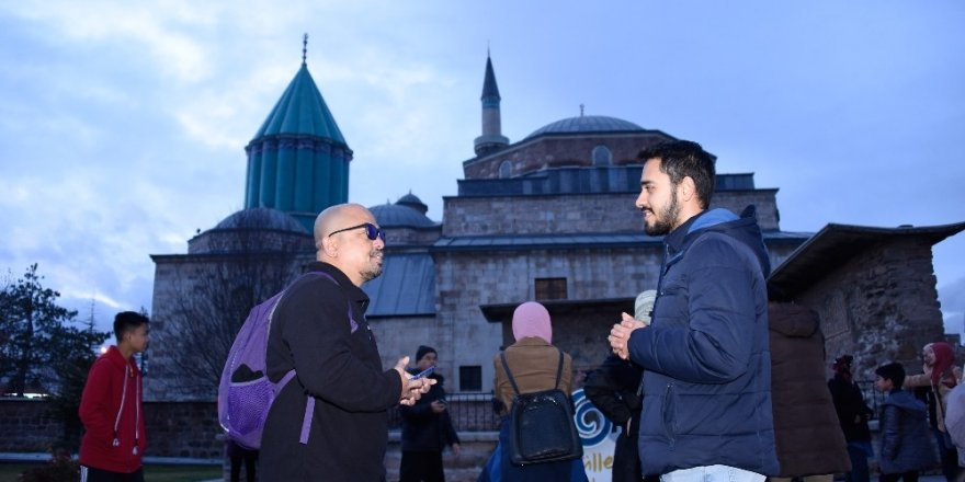 Gençler turistlerle konuşarak yabancı dillerini geliştiriyor