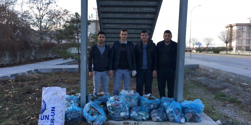 Karapınar'da öğrencilerden çevre temizliği