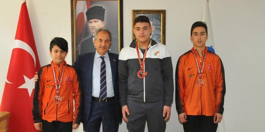 Başkan Akkaya'dan şampiyon sporculara altın