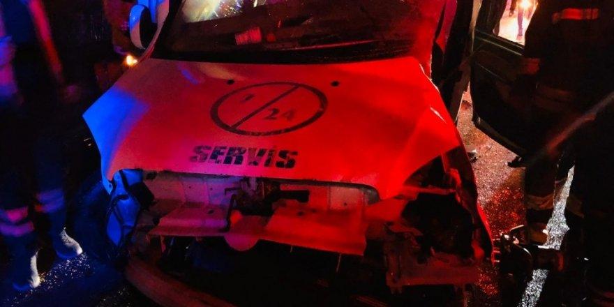 Otobüs ile hafif ticari araç çarpıştı: 2 ölü