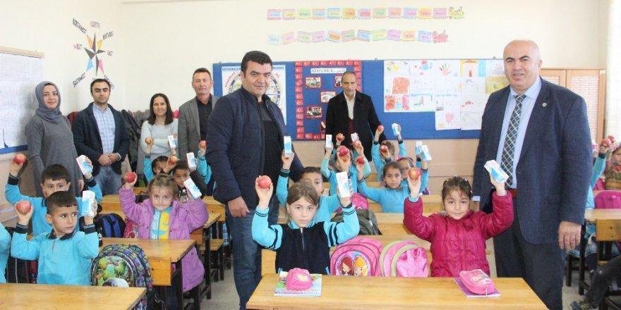 Yerli Malı Haftası'nda öğrencilere elma ve süt dağıtıldı