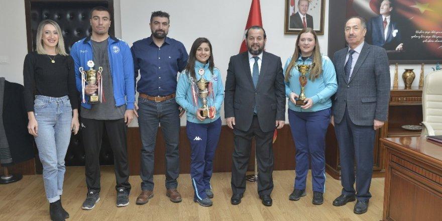 KMÜ basketbol ve voleybol takımlarından iki kupa
