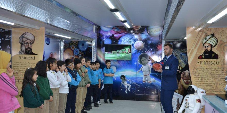 Bilim TIR'ı öğrencilere bilimi sevdiriyor