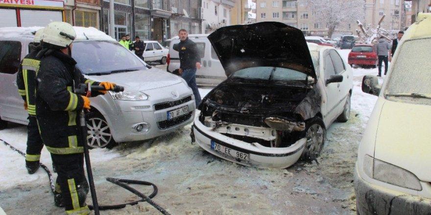 Çalıştırdığı otomobili bir anda motor kısmından alev alarak yandı