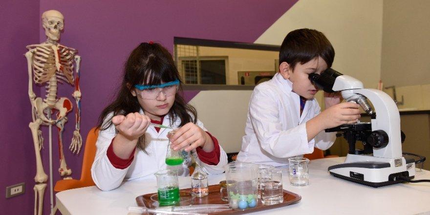 Öğrenciler tatili bilim kampında geçiriyor