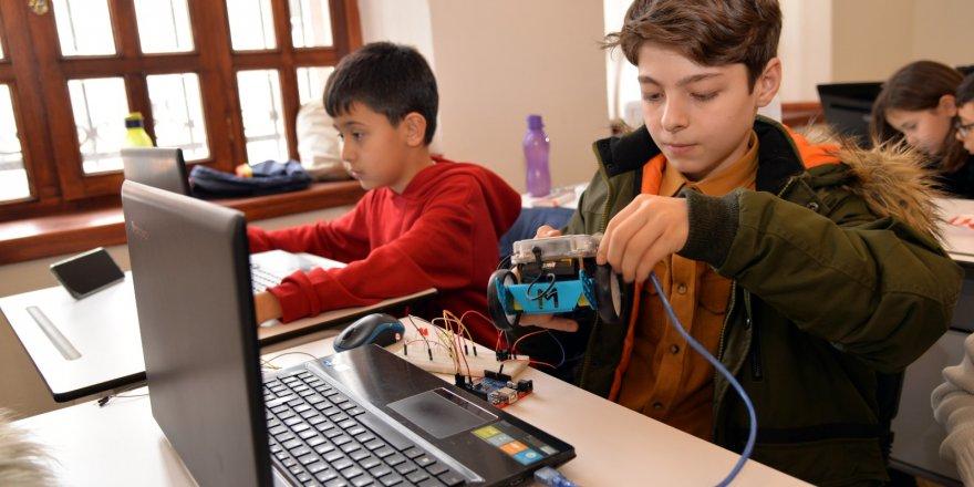 KTÜNSEM'de ilk ders robotik başladı
