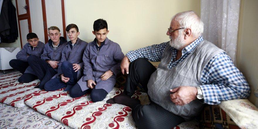 Meslek liseliler yaşlıları ziyaret edip evlerindeki tamiratı yapıyor