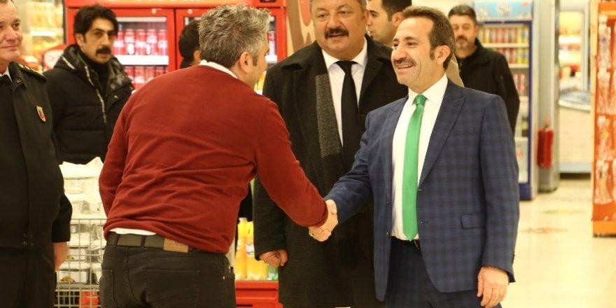 Vali Ali Mantı çarşı esnafını ziyaret etti