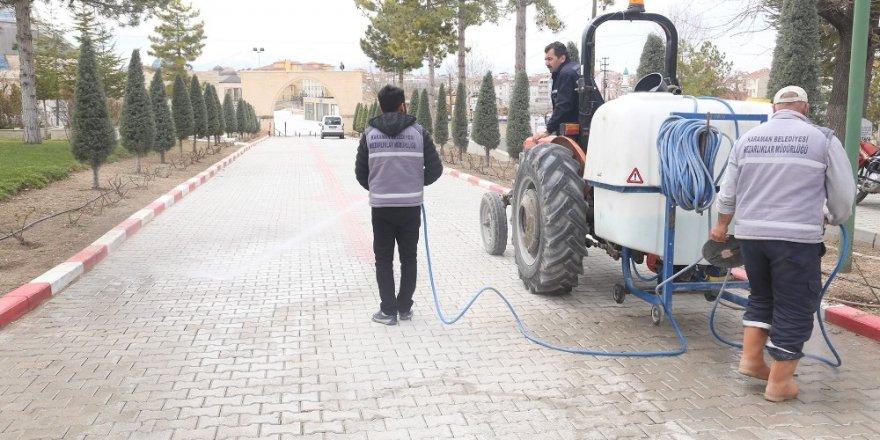 Karaman Belediyesi korona virüse karşı mezarlıkları dezenfekte etti