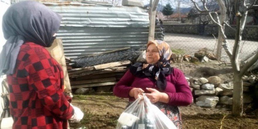 CHP'li gençlerden yaşlıvatandaşlara yardım