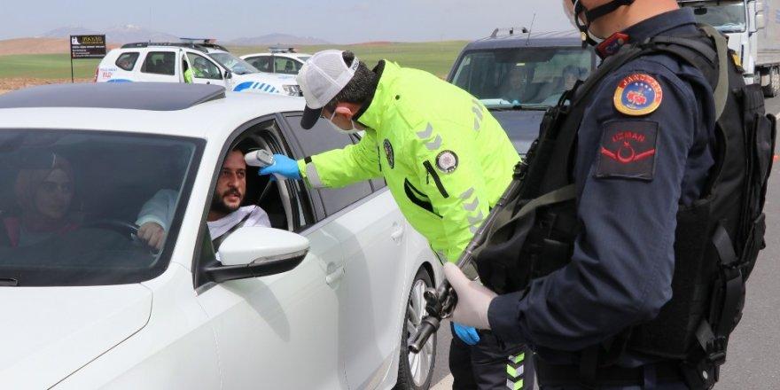 Polis ve jandarma tüm araçları durdurdu, tek tek ateş ölçtü